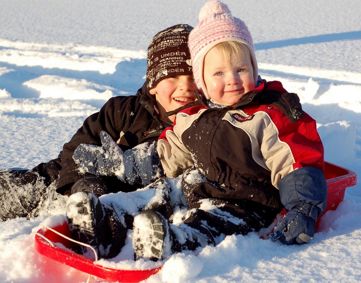 Emil och Nora på isen.